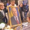Minune în Joia Mare: Un tablou cu Traian Băsescu din biroul lui Emil Boc a lăcrimat 100 de Whisky
